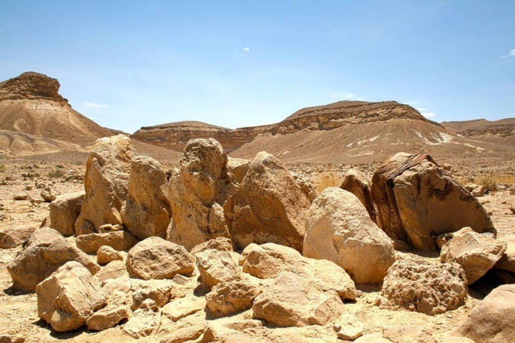 12 המצבות למרגלות הר-כרכום - צילם: עזרי קידר